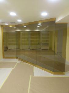 Золотая стеклянная перегородка