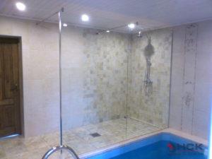Стеклянное ограждение между бассейном и душем
