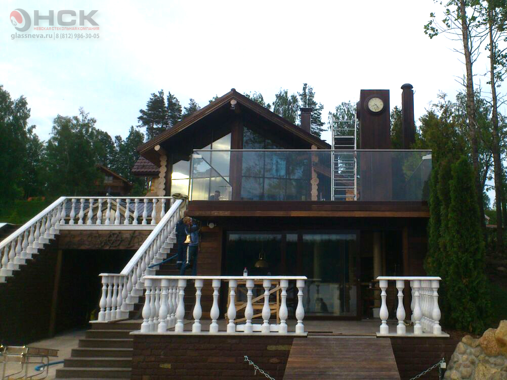 Стеклянное ограждение террасы в частном доме на берегу озера