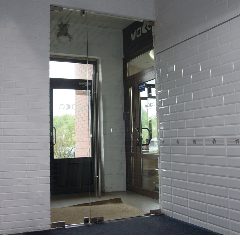 Стеклянные двери в магазине итальянской плитки