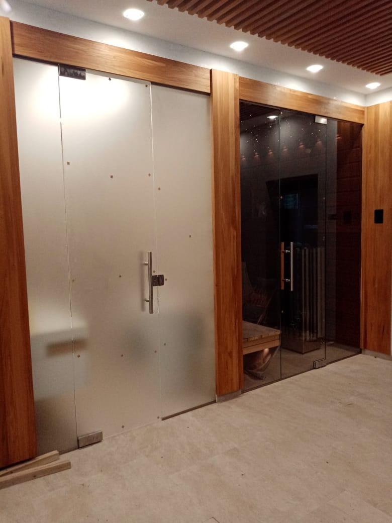 Стеклянные перегородки и двери для сауны