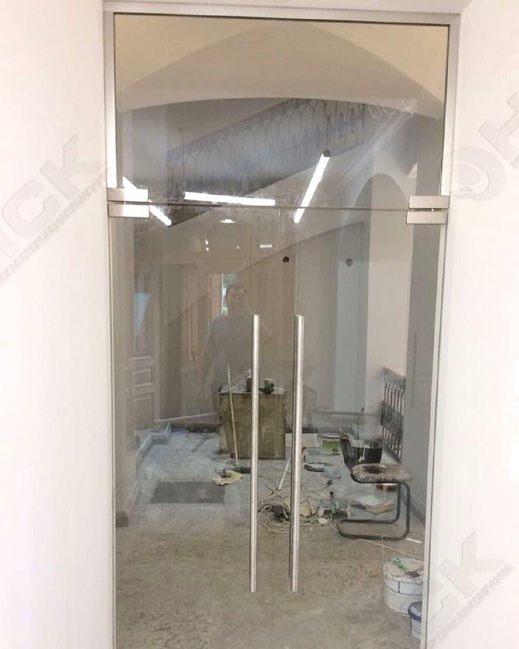 Цельностеклянная двустворчатая дверь с фрамугой