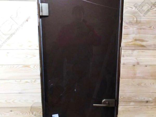 Стеклянные двери в баню в загородном доме
