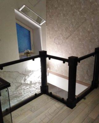 Лестничное ограждение с деревянным поручнем