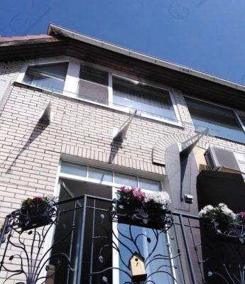 Стеклянный козырек над балконом